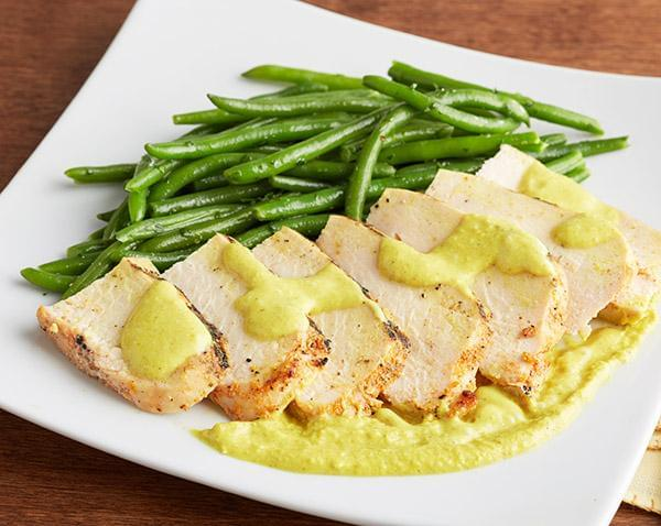 Keto: Grilled Chicken Breast with Coconut Curry Sauce with Green Beans